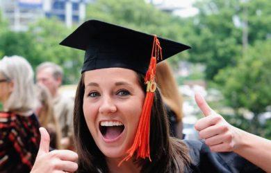 Mahasiswa merayakan kelulusannya.